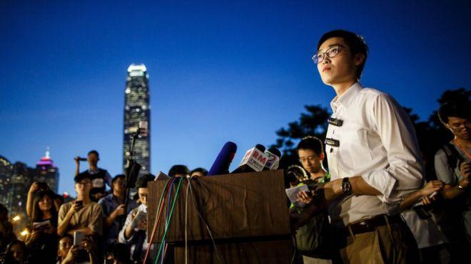 """香港民族黨於2016年3月28日成立,自稱為香港""""首個主張香港獨立的政黨"""",召集人為陳浩天。"""