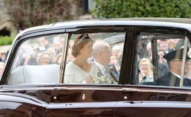 الأميرة يوجيني في السيارة مع والدها الأمير أندرو