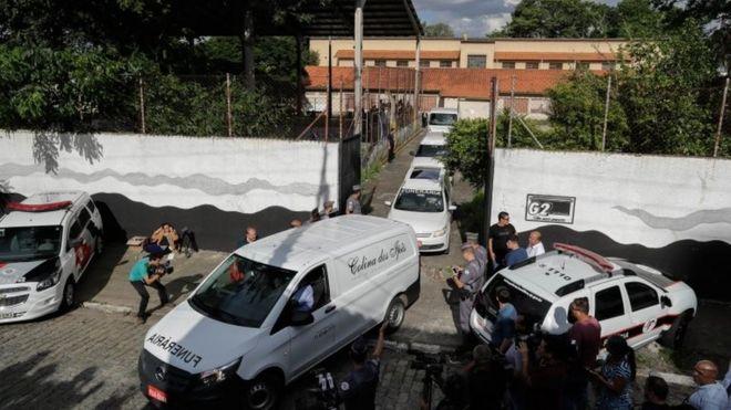 Carros deixam escola em Suzano