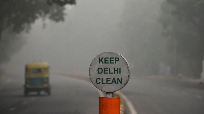 cartel que dice keep delhi clean, mantengamos a delhi limpia.