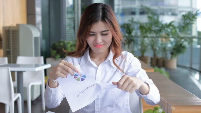 Женщина изучает документы