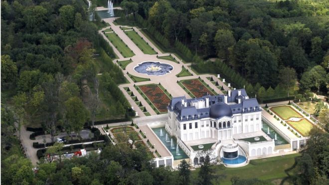 ed69274c0 An aerial view of a luxurious private house in Louveciennes, near Paris, on  14