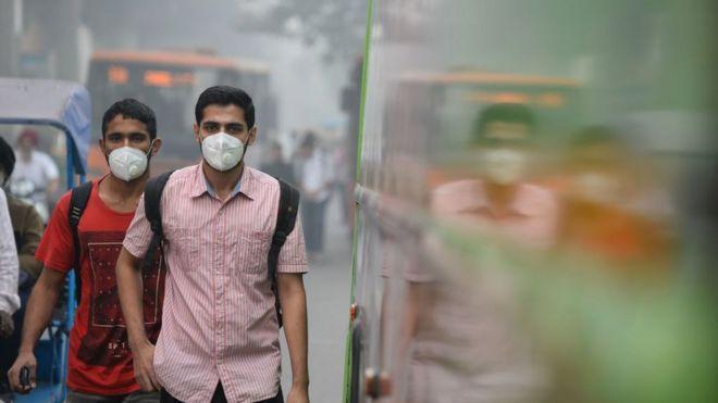 Hombres con máscaras de gas en Nueva Delhi.