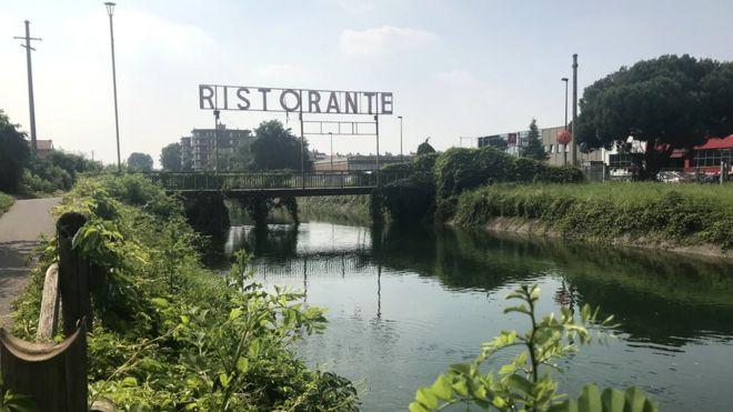 Canal artificial de Villoresi na região de Mil'ao, na Itália