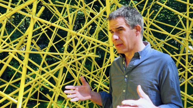 Ricardo Cárdenas frente a una de sus esculturas.