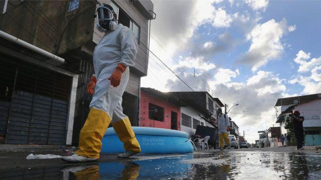 Работники здравоохранения ходят, окуривая, в попытке уничтожить комара, который передает вирус Зика 28 января 2016 года в Ресифи, штат Пернамбуку, Бразилия.