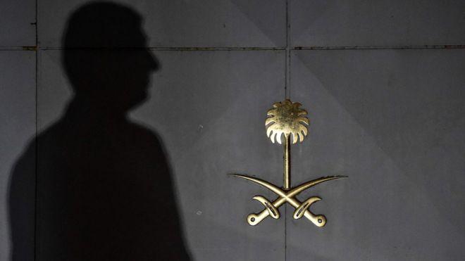 Sombra de homem é projetada em portão do consulado saudita em Istambul
