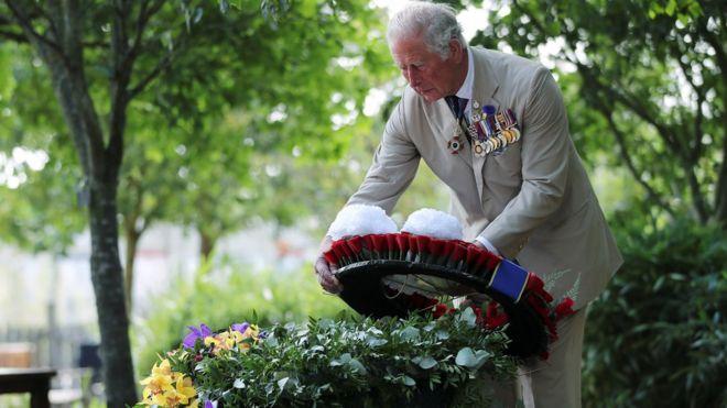 英国王储查尔斯为阵亡将士献上花圈