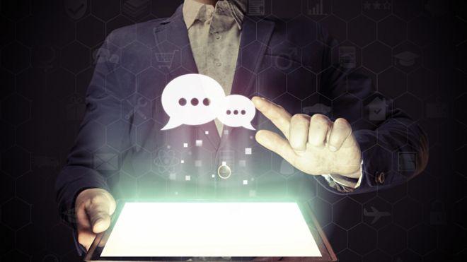 Balões de diálogo saindo de um computador