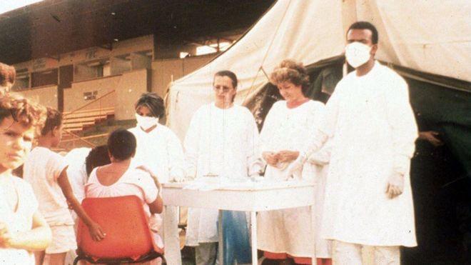 Profissionais de saúde examinam possíveis pessoas contaminadas com radição em 1987 em Goiânia