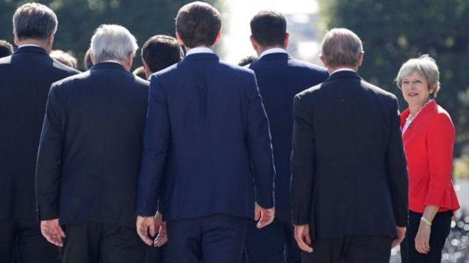 İngiltere Başbakanı Theresa May, AB liderleri ve yetkililerine bakıyor