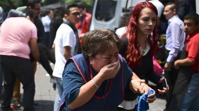 Плачущая женщина на улице Мехико