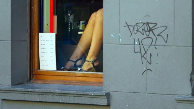 Profissional do sexo se exibe em vitrine próxima à estação Nord, em Bruxelas