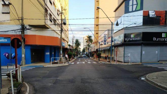 Rua do centro de Araraquara com lojas fechadas