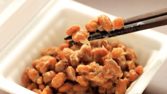 Набор натто обычно содержит три пластиковых контейнера с порциями ферментированных бобов