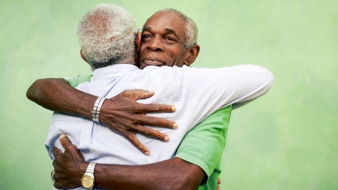 Dos hombres ancianos abrazándose