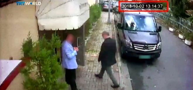 Джамаль Хашогги входит в здание консульства Саудовской Аравии в Стамбуле (снимок с камер видеонаблюдения)