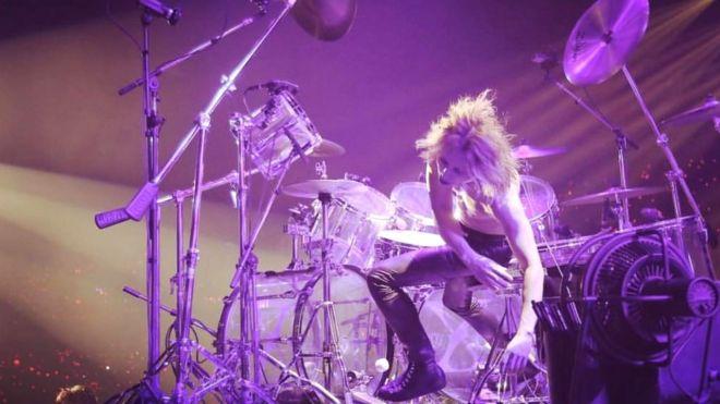 ドラムから倒れ掛けるyoshiki