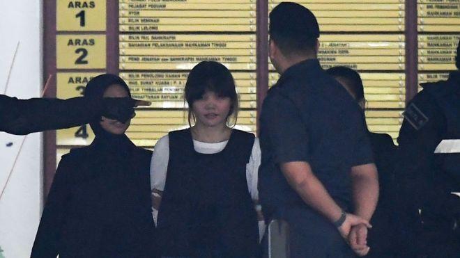Cảnh sát Hoàng gia Malaysia hộ tống Đoàn Thị Hương ra khỏi tòa sau phiên xét xử ở Tòa án Tối Cao ở Shah Alam, ngoài Kuala Lumpur hôm 2/10/2017.