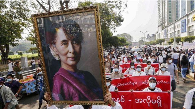 متظاهرون يحملون صورة سان سو تشي