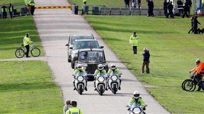 السيارة التي تستقلها العروس يحيطها رجال الأمن وسارت بطول الطريق الطويل المؤدي إلى قلعة وندسور