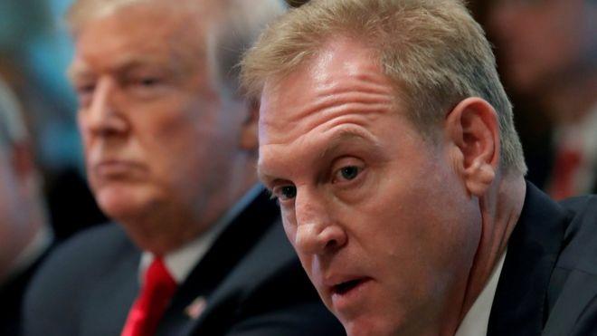 Patrick Shanahan (bìa phải) ngồi bên cạnh Donald Trump trong cuộc họp nội các hôm thứ Tư