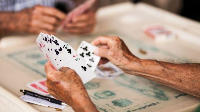 Люди играют в карты