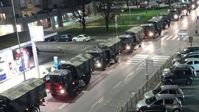 Caravana de vehículos militares.