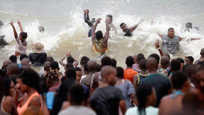 أشخاص يستحمون بأحد الشواطئ ابتهاجا بالعام الجديد