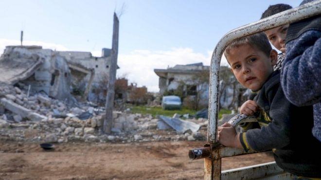 Niños desplazados en una camioneta en la provincia de Idlib, Siria, marzo de 2020
