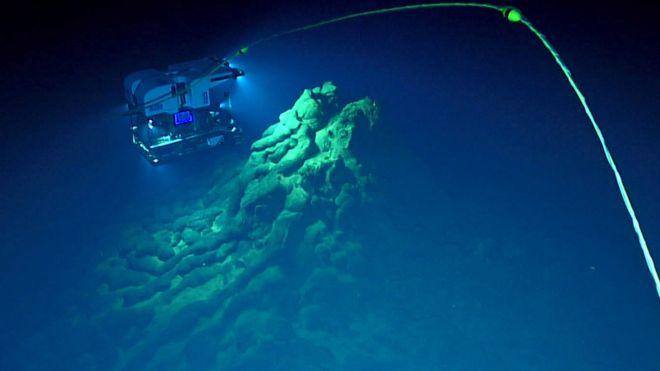 Imagem mostra lava de erupção submarina e veículo robótico usado por pesquisadores no fundo do mar