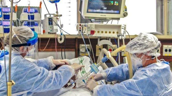 Profesionales de la salud asisten a un paciente
