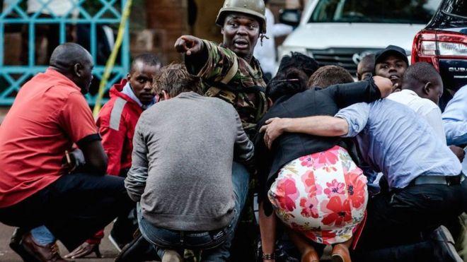 Спецназ защищает людей на месте взрыва в гостиничном комплексе в пригороде Найроби Вестландс 15 января 2019 года в Кении