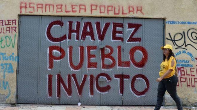 """Mural que dice: """"Chávez pueblo invicto"""" y """"Asamblea Popular""""."""