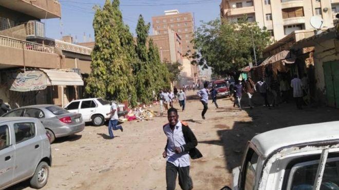 المظاهرات في السودان: الشرطة تطلق الغاز المسيل للدموع على محتجين في الخرطوم
