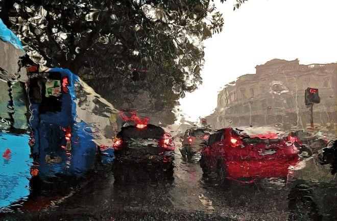 Дождь изменил вид на центральный Сидней из-за ветрового стекла, Новый Южный Уэльс, 5 марта 2014