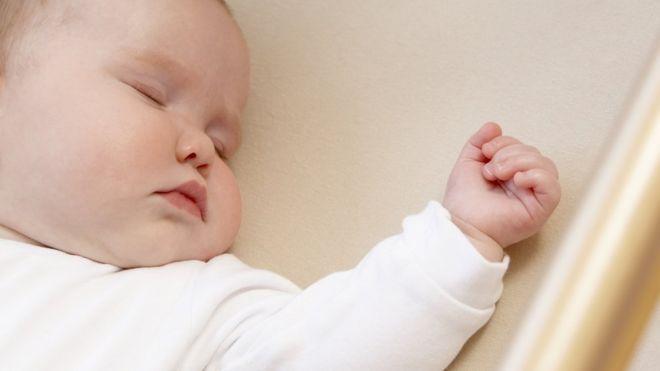 es normal q un bebe de 1 mes duerma mucho