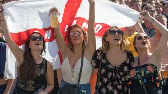 Các cổ động viên Anh ăn mừng chiến thắng trước đội Thụy Điển hôm 7/2