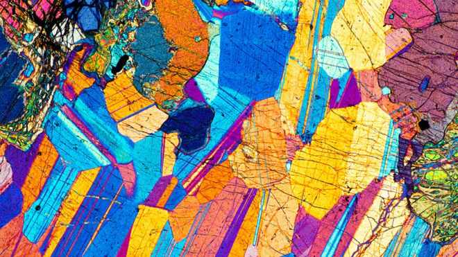 Micrografía de luz polarizada de una delgada sección de gabro, una roca ígnea.