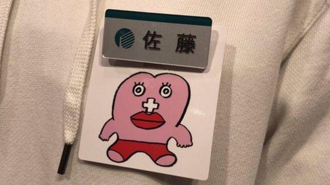 """Японский магазин ввел для сотрудниц значок """"У меня месячные"""". Клиенты обиделись"""