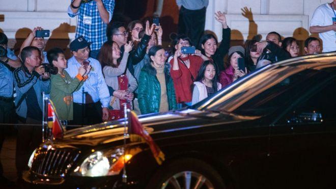 Người dân Hà Nội vẫy tay chào đoàn xe chở ông Kim Jong-un rời khỏi bữa tiệc tối 27/2 với ông Donald Trump