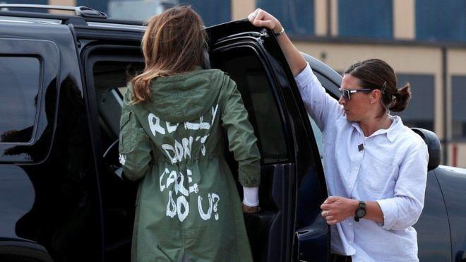 ميلانيا ترامب تكشف سر عبارة مثيرة للجدل على معطفها