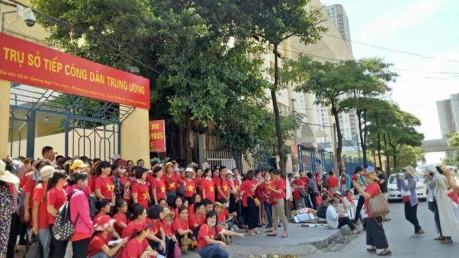 Nhóm giáo viên hợp đồng lâu năm ở Hà Nội trong một lần lên Trụ sở tiếp dân TƯ ở Hà Nội