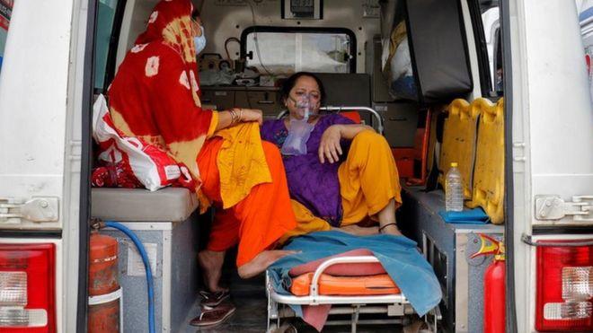 مريض داخل عربة إسعاف في الهند