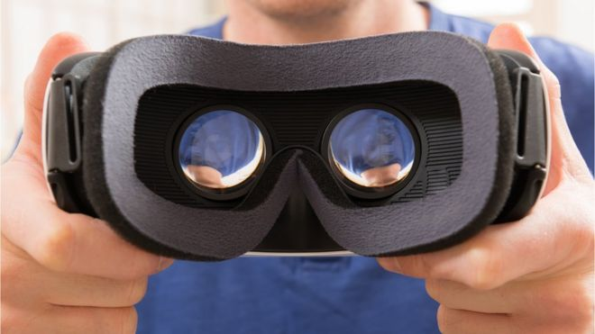 Мужчина держит гарнитуру VR
