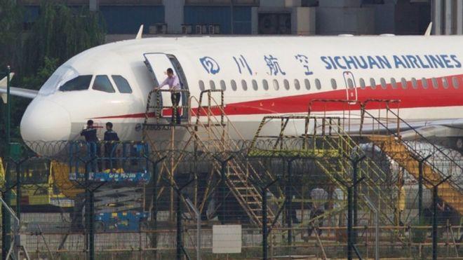 El copiloto chino que se salió por la ventana de un avión a 10.000 metros de altura y sobrevivió