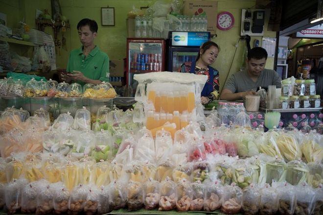 Nhìn sơ, cả du khách Việt Nam lẫn ngoại quốc thường nghĩ những cửa hàng bán trái cây và nước trái cây ở Bangkok đều là của người Thái, nhưng thật ra đa số là của người Việt sống ở đây lâu và nói tiếng Thái rất lưu loát (Hình minh họa)
