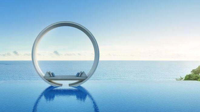 Una cama flotante en medio de agua