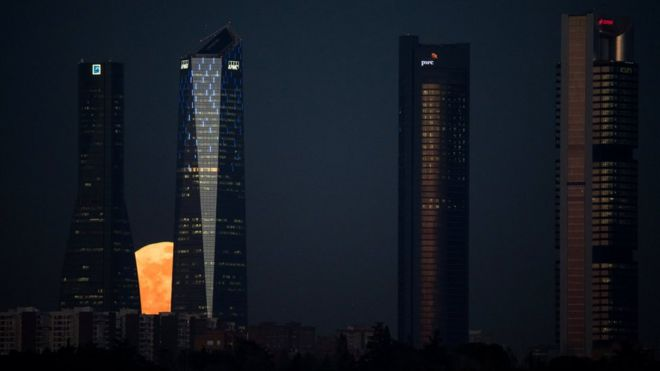 Superlua entre arranha-céus em Madri