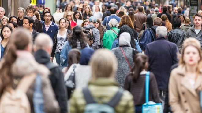 UK population growth rate stalls, official estimates show